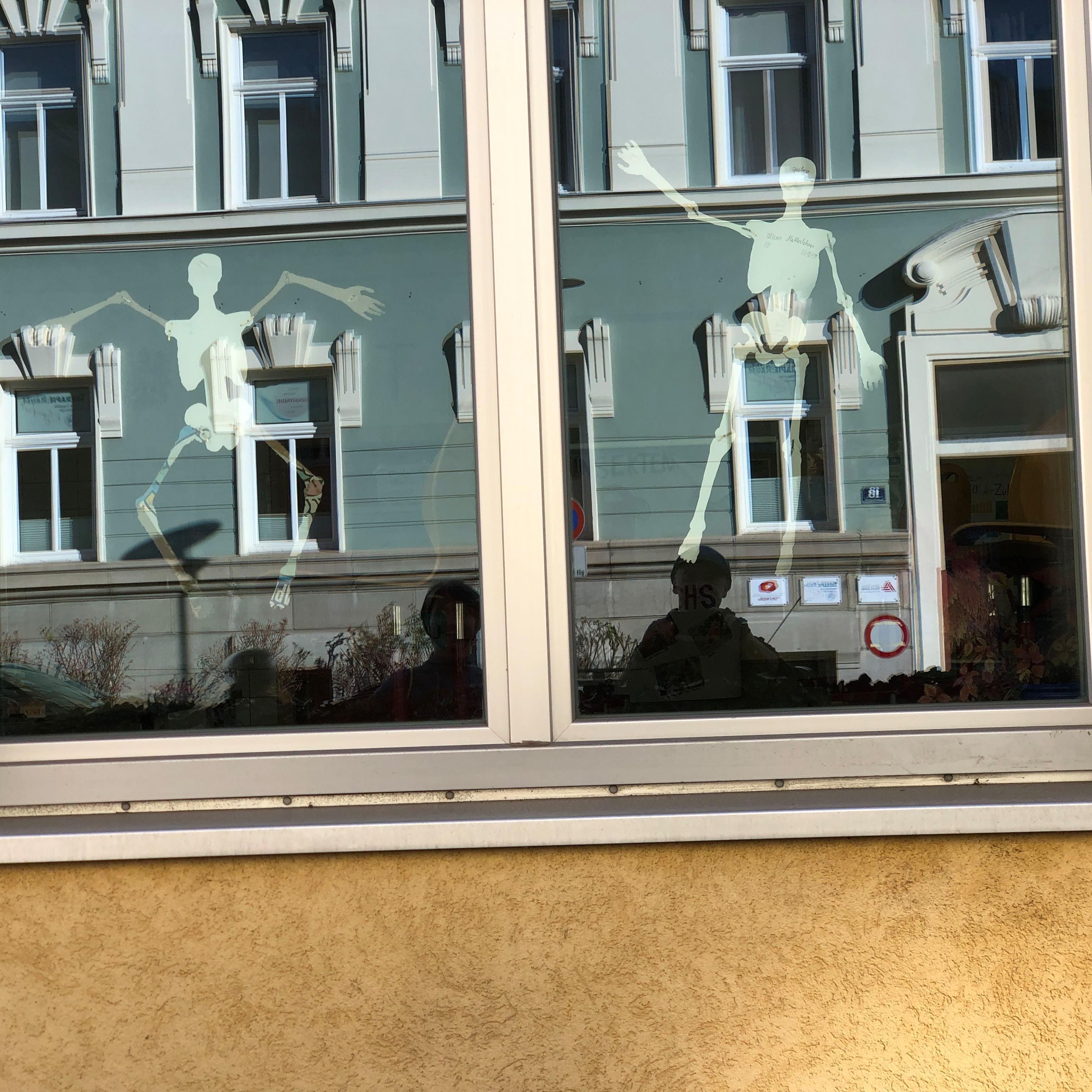 </p> <h3>HEUTE FÜR MORGEN LERNEN • DANES SE UČITI ZA JUTRI.</h3> </p> <strong>WAS HABE ICH GELERNT? KAJ SEM SE NAUČIL? </strong> </p> Dankbarkeit! Nichts ist iselbstverständlich. Wie blau der Himmel sein kann! Unser Haus am Benediktinerplatz hat 128 Stufen, hinauf und zurück. # Nič ni samo po sebi umevno.Hvaleženost! Moje geslo: misliti - čakati - se postiti!