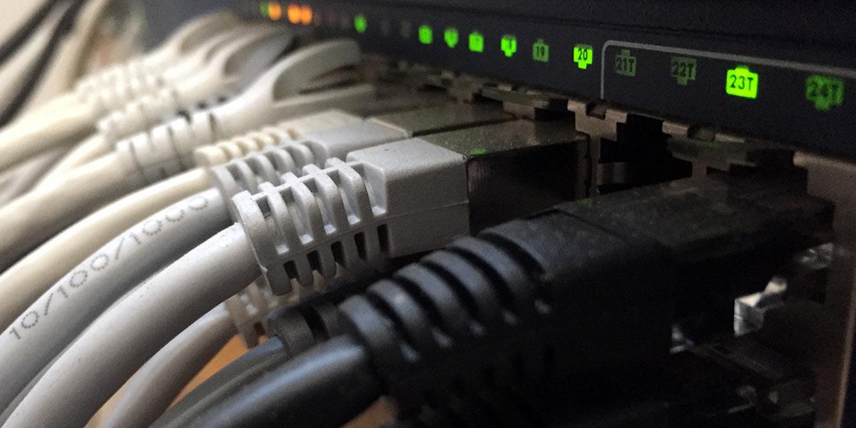 Verschiedenste Netzwerkstrukturen verbinden die einzelnen Server zum gemeinsamen Internet.