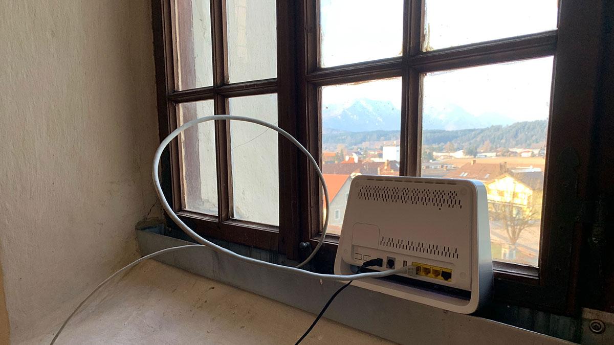 Internetaccess mit Aussicht - die Verbindung passt (oben) und die erste Stellprobe vor Ort