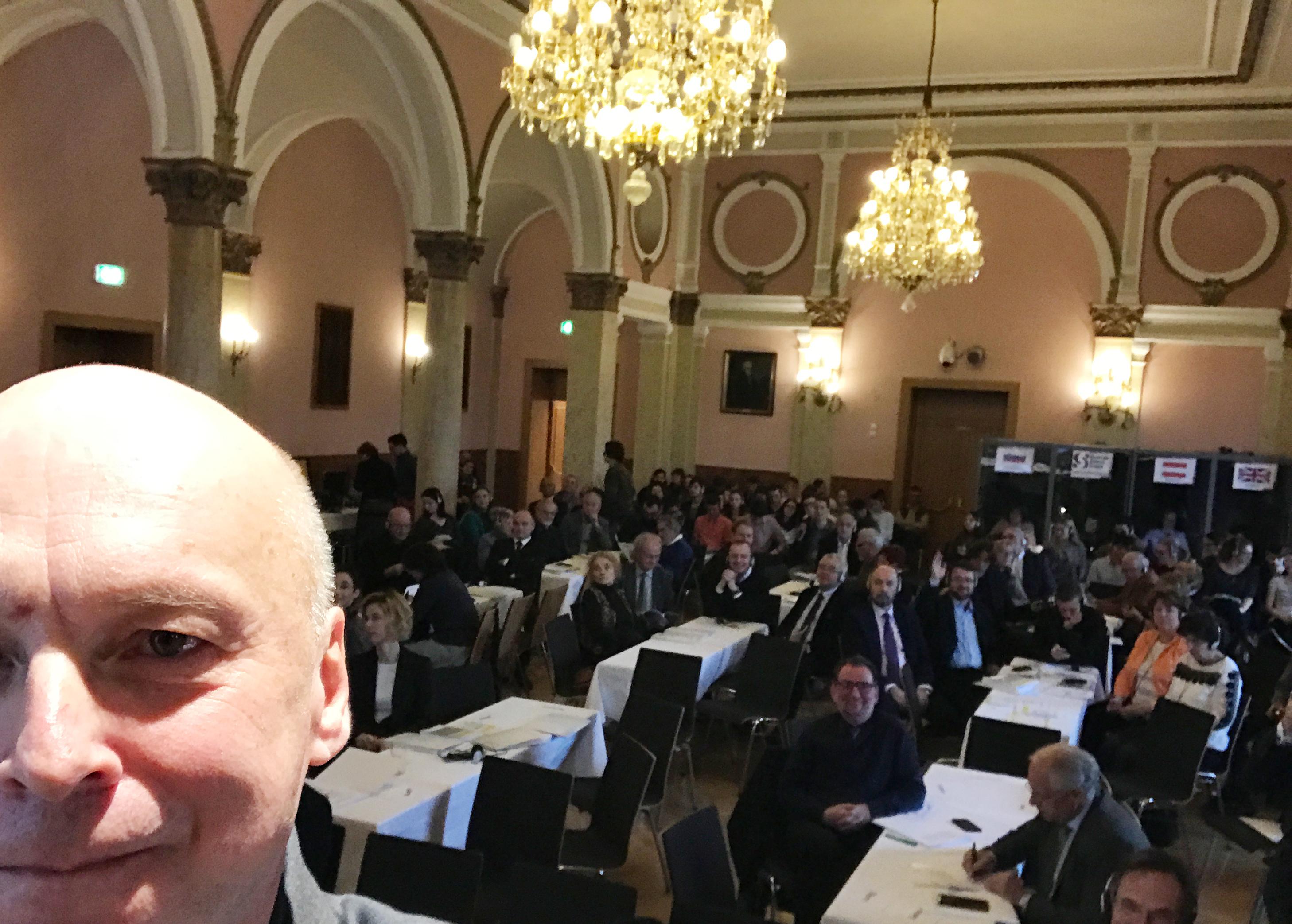 Skupno razmišljati o digitalni preobrazbi družbe - podij pri 28. Evropskem kongresu narodnih skupnosti  - Najprej selfie, potem predavanje, vmes pa #volksgruppenkongres